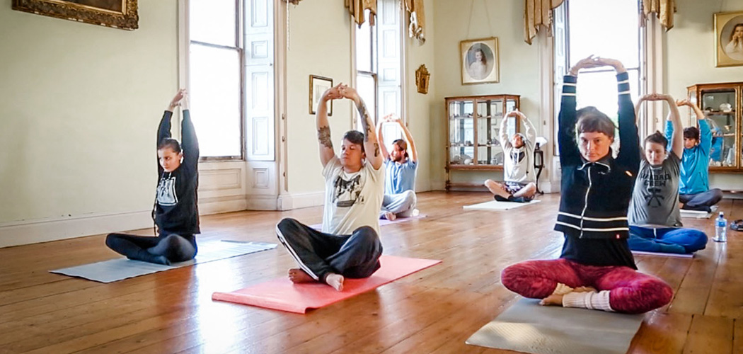 Yogasession im Manor